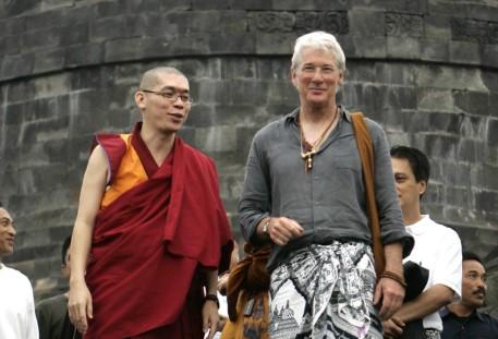 Artis yang gunakan pakaian adat Bali