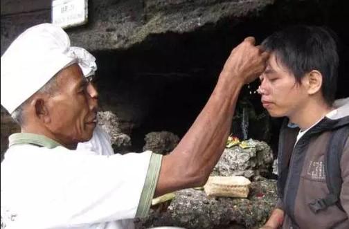 Ulasan terkait dengan Biji atau Mebija Di Kening Bali yang unik