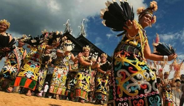 3 Keunikan Pakaian Adat Tradisional Daerah Kalimantan Barat