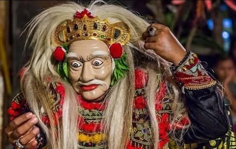 Uraian terkait dengan Tari Topeng Bali dan keunikannya