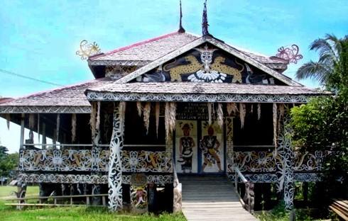 Ulasan tentang rumah adat Lamin yang unik
